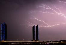 صورة كأنه مشهد من فيلم هيولوودي.. مرور عاصفة شديدة بين المباني في ولاية أوكلاهوما (فيديو)