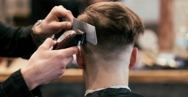 صورة حاكم نيويورك يوقع قانونًا بشأن «حلاقة الشعر»
