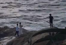 صورة بالفيديو.. إنقاذ زوجين من الغرق بالمحيط الهادى أثناء التقاطهم صور الزفاف بكاليفورنيا