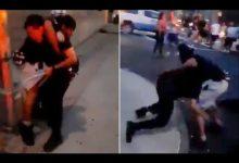 صورة بالفيديو.. شاب يطرح ضابط من شرطة نيويورك أرضا ويخنقه للحظات في برونكس