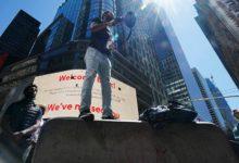 صورة بالفيديو.. اشتباكات بين محتجين والشرطة أمام مبنى مجلس مدينة نيويورك
