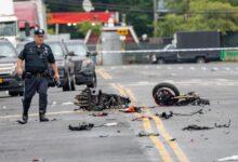 صورة مقتل قائد دراجة نارية يسير بالاتجاه الخاطئ في حادث تصادم مع سيارة ببرونكس