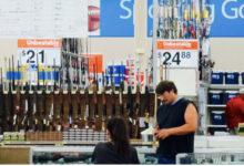 صورة متاجر وولمارت تعيد الأسلحة إلى رفوف متاجرها