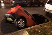 صورة انهيار ارضي يبتلع سيارة في كوينز بنيويورك