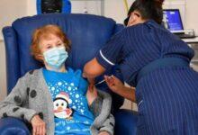 صورة بالفيديو.. سيدة عمرها 90 عامًا أول من تحصل على لقاح كورونا في العالم