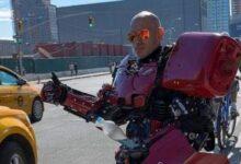 """صورة بالصور.. أمريكى يحول نفسه لـ""""روبوت"""" من أغراض المنزل ويجوب شوارع بروكلين"""