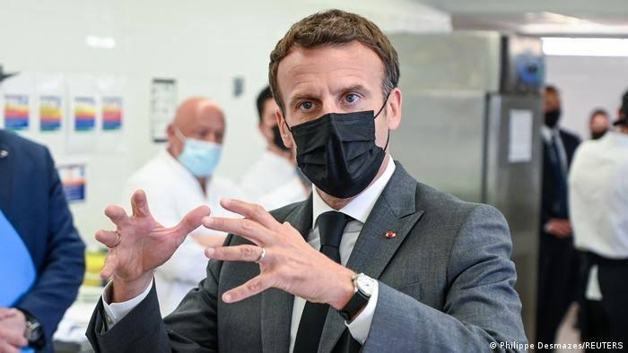 صورة بالفيديو.. رجل يصفع الرئيس الفرنسي على وجهه أمام الكاميرات