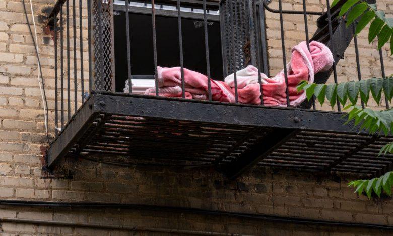 صورة أم من بروكلين تلقي طفليها من شرفة المنزل وتقفز ورائهما