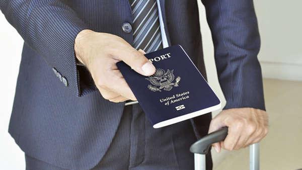 صورة عضو بارز في مجلس الشيوخ الأمريكي يدعو لإرسال فرق طوارئ لإنهاء أزمة جوازات السفر