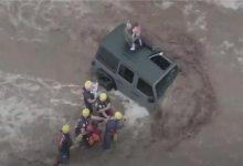 صورة بالفيديو.. إنقاذ عائلة أمريكية علقت فوق سيارة وسط السيول