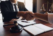 صورة دليلك للحصول على مساعدات قانونية ومحامي هجرة مجاني في أمريكا