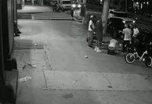 صورة إثنان منهم ظلوا متكئين على مبنى.. شرطة نيويورك توقف 4 ضباط لم يفعلوا أي شئ تجاه جريمة وقعت أمامهم
