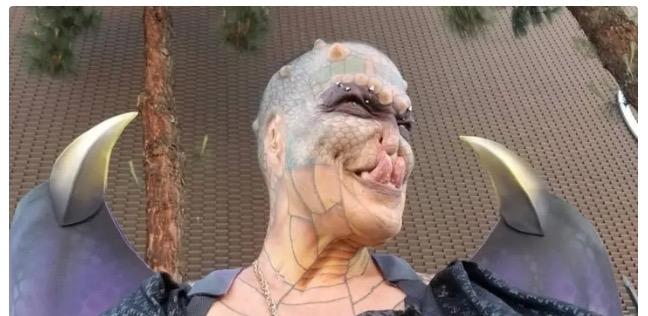 صورة شق لسانه وقطع أذنه.. أمريكي ينفق 83 ألف دولار ليتحول إلى «تنين» !