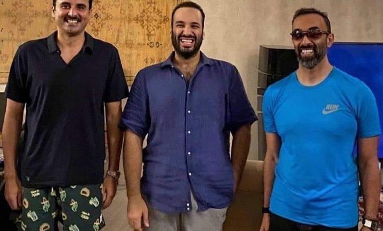 صورة لقاء بـ«الكاجوال» يجمع ولي العهد السعودي وأمير قطر ومستشار الأمن الوطني الإماراتي