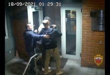 صورة شاهد.. روسيا تنشر فيديو يزعم تورط 3 موظفين في السفارة الأمريكية بموسكو في عملية سرقة