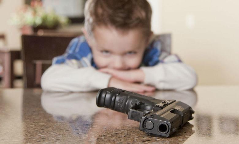 صورة طفل أمريكي عمره عامين يقتل والدته بالرصاص أثناء حضورها اجتماعاً عبر تطبيق «زوم»