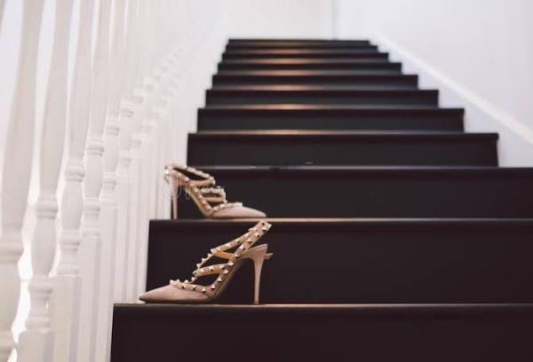 صورة أمريكي يرفع دعوى قضائية ضد زوجته لتركها حذائها على السلم